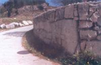 Stecak u ogradnom zidu ispred crkve sv. Petra u Mucu Gornjem